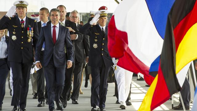 Le général Stéphane Abrial (g), le secrétaire général de l'Otan Anders Fogh Rasmussen (c) et le général Jean-Paul Paloméros (d), le 28 septembre 2012 à Norfolk [Paul J. Richards / AFP]