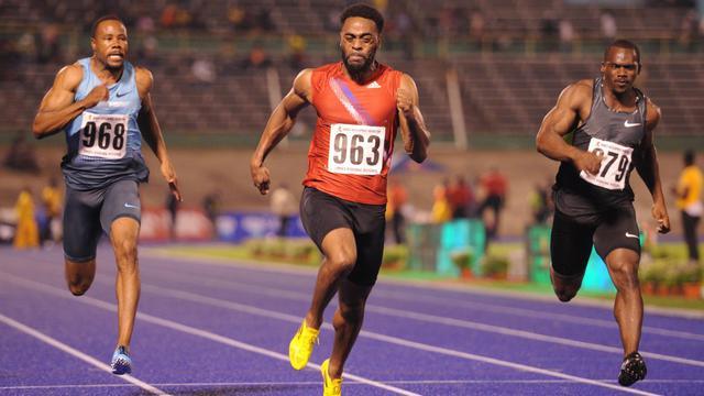 L'Américain Tyson Gay (c), lors de la réunion de Kingston, en Jamaïque, où il a réalisé la meilleur performance de la saison sur 100 m en 9 sec 86, le 4 mai 2013 [Ricardo Makyn / AFP/Archives]