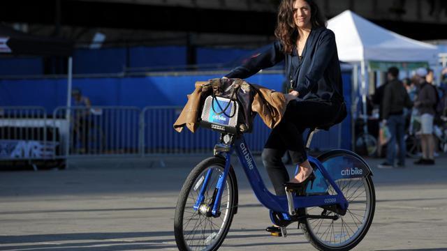 """Une femme essaye un """"citi bike"""", à New York le 3 mai 2013 [Stan Honda / AFP]"""