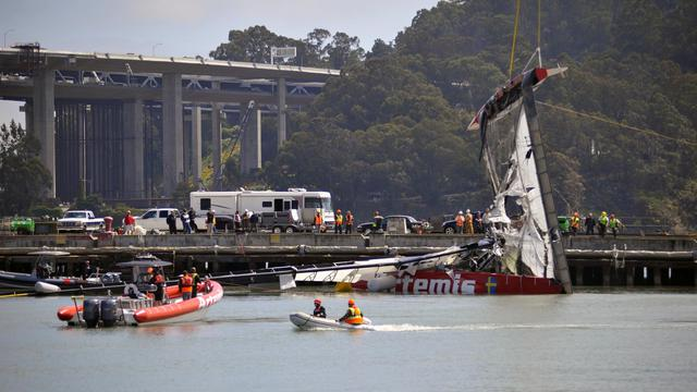 Le chavirage à l'entraînement du catamaran AC72 de l'équipe suédoise Artemis Racing le 10 mai 2013 à San Francisco [Josh Edelson / AFP]