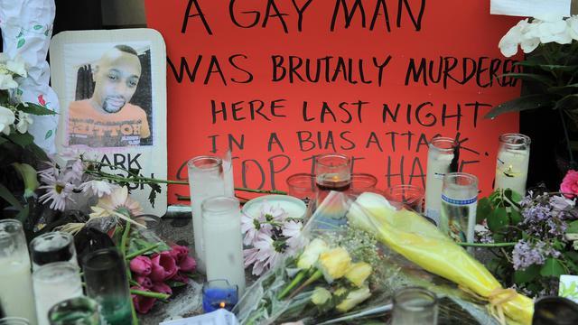 Des fleurs et des bougies en mémoire d'un jeune homosexuel tué en pleine rue de Greenwich village, le 20 mai 2013 [Emmanuel Dunand / AFP]