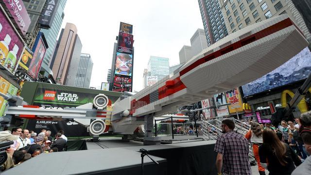 Le vaisseau spatial de Star Wars, ou la plus grande réalisation en Lego du monde exposée sur Times Square à New York, le 23 mai 2013