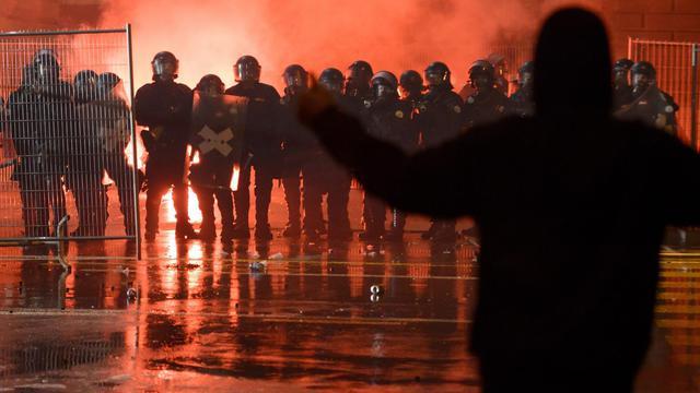 Un manifestant fait face à des policiers, le 25 mai 2013 devant le Parlement Fédéral à Berne [Fabrice Coffrini / AFP]