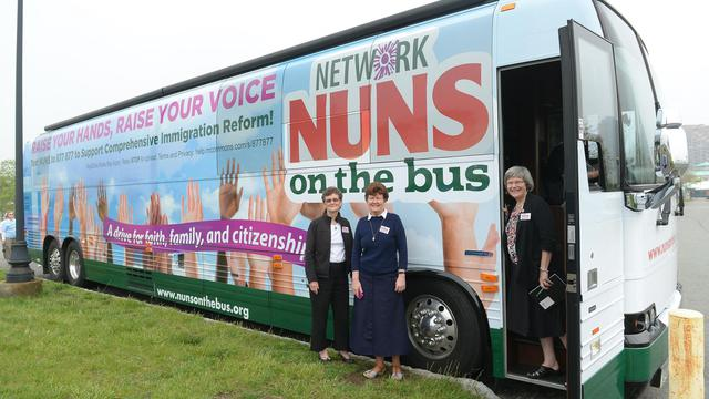 "Les ""nonnes en bus"" (Nuns on the Bus) démarrent leur tournée, le 29 mai 2013 à Jersey City [Emmanuel Dunand / AFP]"