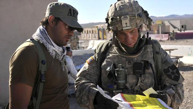 Photo datée du 23 août 2011 du sergent Robert Bales (D) dans un centre d'entraînement en Californie, fournie  par la Défense américaine [Spc. Ryan Hallock / DVIDS/AFP/Archives]