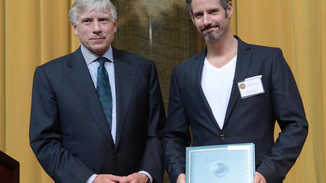Le photographe Javier Manzano (d) reçoit le prestigieux prix Pulitzer, à New-York, le 30 mai 2013 [Emmanuel Dunand / AFP]