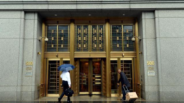 L'entrée de la cour fédérale, à New York, où s'est ouvert le procès d'Apple pour soupçon d'entente sur les livres électroniques, le 3 juin 2013 [Stan Honda / AFP]