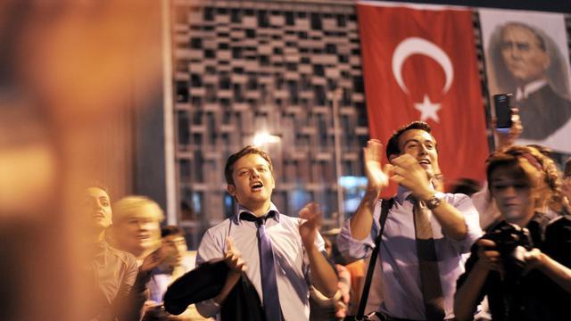 Des manifestants anti-gouvernement scandent des slogans sur la place Taksim à Istanbul, le 14 juin 2013 [Ozan Kose / AFP]