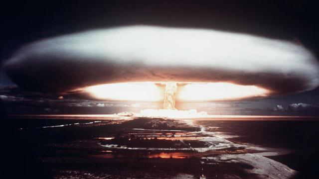 Photographie d'un essai nucléaire français effectué en 1971 dans l'atoll de Moruroa, en Polynésie française.
