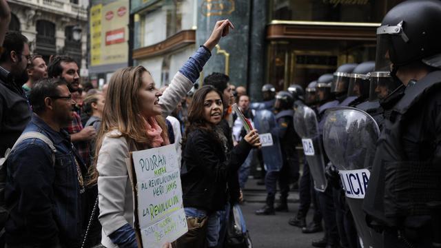 Des manifestants face aux policiers devant le Congrès des députés à Madrid, le 25 septembre 2012.