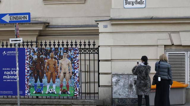 Des passants devant l'oeuvre des photographes français Pierre et Gilles, «Vive la France»