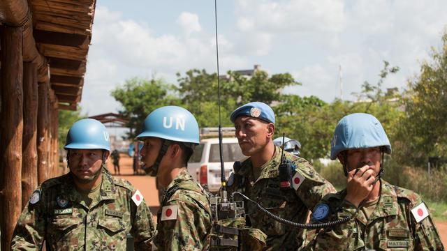Le 8 octobre 2016, des Casques bleus japonais attendent l'arrivée du ministre de la défense japonais Tomomi Inada.