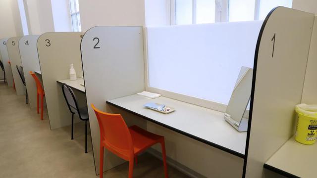 Cette salle, rattachée à l'hôpital Lariboisière, pour recevoir une centaine de personnes par jour.
