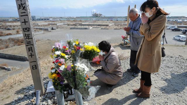 Une famille prie pour les victimes de Fukushima, le 10 mars 2013