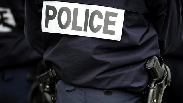 L'un des policiers est un opérateur de vidéosurveillance d'un commissariat parisien, tandis que le second est un collègue ayant reconnu avoir filmé les images avec son smartphone.