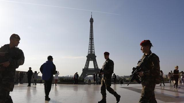 Des soldats de l'Opération Sentinelle devant la Tour Eiffel