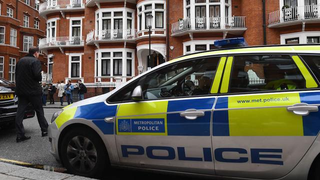 Malgré son état, le policier a réussi à utiliser son Taser pour se défendre.