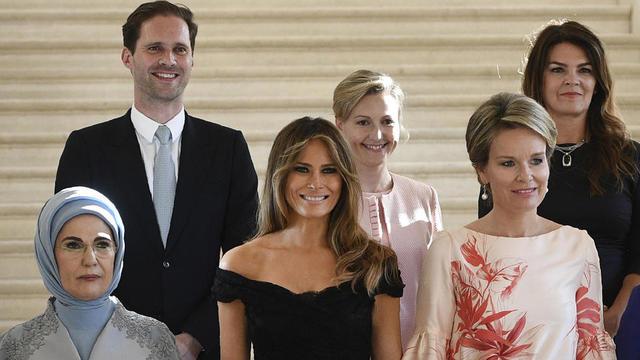 Il A Donc Pose En Compagnie De Toutes Les First Ladies Et Notamment Derriere Emine Erdogan Melania Trump Apres Une Journee Visite