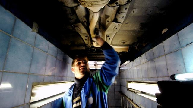 Un garagiste effectuant un contrôle technique