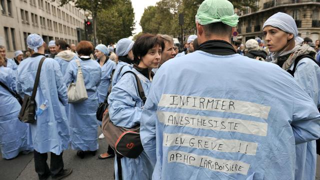 Les infirmiers anesthésistes d'Ile-de-France en grève, devant le ministère de la Santé à Paris.