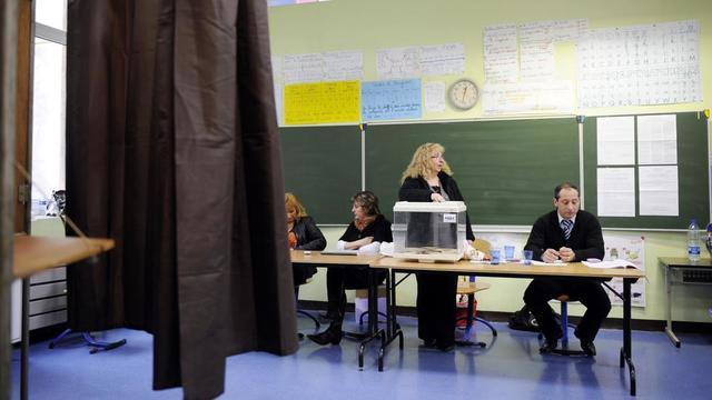 Chaque bureau de vote doit être «composé d'un président, d'au moins deux assesseurs et d'un secrétaire» en permanence.