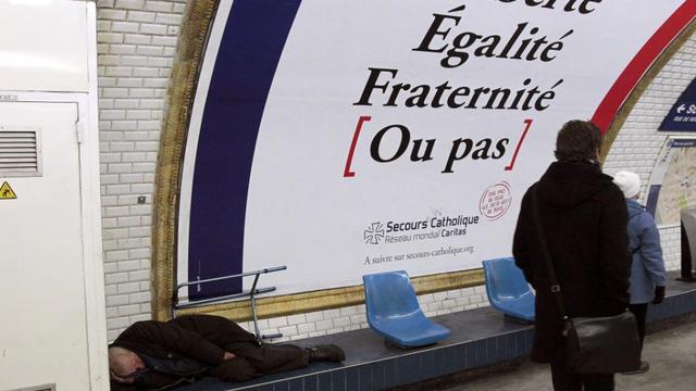 Un sans-abri dans le métro parisien
