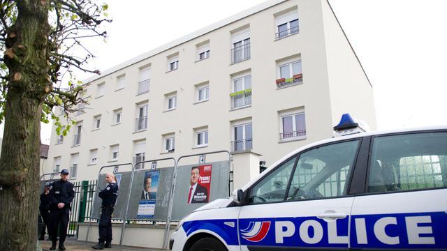 Une voiture de policedevant l'immeuble où a été interpellé le principal suspect dans l'affaire des meurtres en Essonne, le 14 avril 2012 à Draveil
