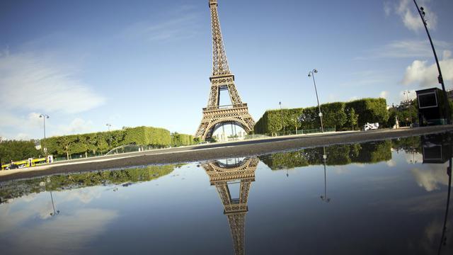 La tour Eiffel attire chaque année de nombreux touristes.