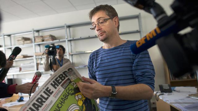Charb, le directeur du journal satirique, avec le numéro de Charlie Hebdo du mercredi 19 septembre 2012.