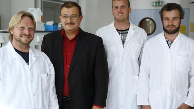 Le Pr Gilles-Eric Séralini qui a mis en avant les dangers du maïs OGM, pose avec son équipe de chercheurs le 18 septembre 2012.