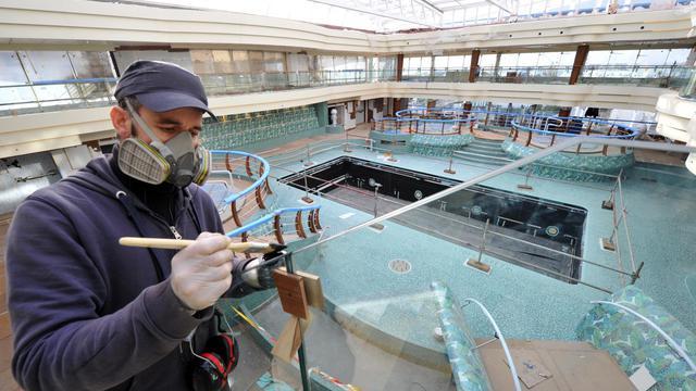 Un peintre termine les finitions de l'une des piscines du MSC Preziosa.