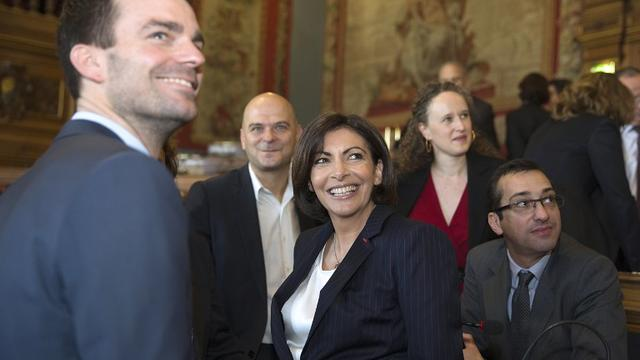 La maire de Paris Anne Hidalgo (au centre) et son premier adjoint, Bruno Julliard (à g.), samedi 6 avril au conseil de Paris