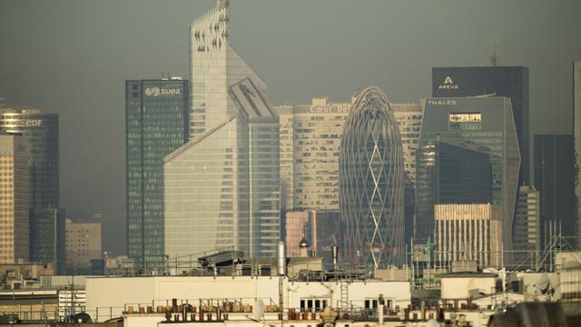 Le quartier de la Défense, dans les Hauts-de-Seine, sous un épais nuage de pollution.