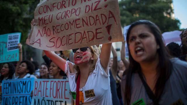 Les militantes féministes sont venues en nombre soutenir la jeune fille.