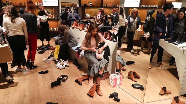 773118ac239 Les clients d une boutique de chaussures de Londres en décembre 2017.  DANIEL  LEAL-OLIVAS   AFP