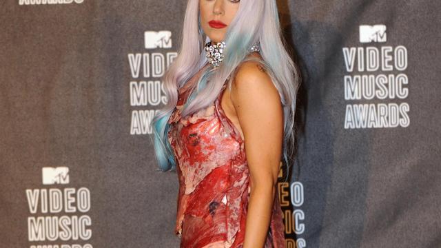 Lady Gaga portant sa robe en viande.