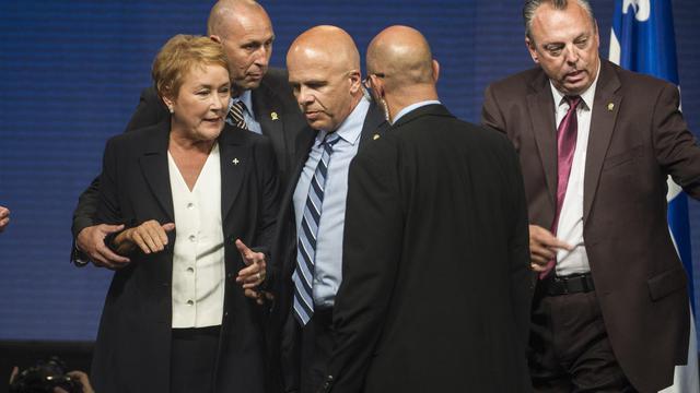 Pauline Marois entourée de ses gardes du corps.