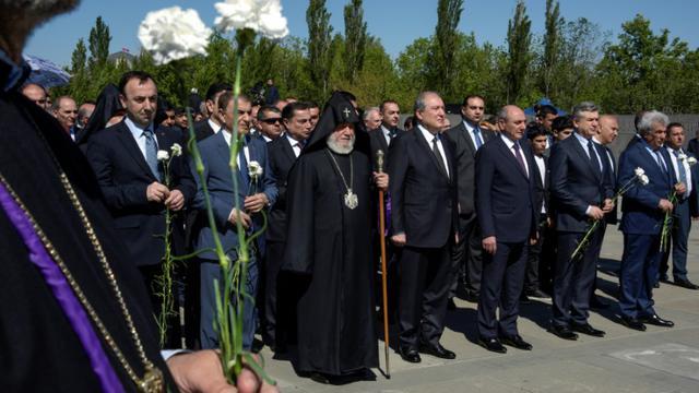 Le président arménien Armen Sarkissian (premier rang, au centre), le Premier ministre par intérim Karen Karapetian (premier rang, 2ème à partir de la droite) et le chef de l'Eglise arménienne, le catholicos Karékine II, mardi 24 avril 2018 lors des cérémonies commémorant le génocide des Arméniens [KAREN MINASYAN / AFP]