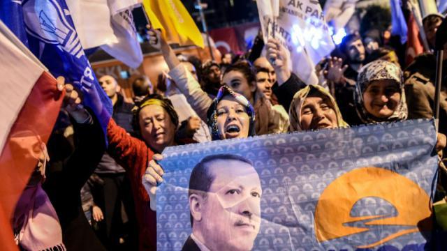 Les partisans du Parti de la justice et du développement (AKP) de Erdogan manifestent leur joie le 1er novembre 2015 à Istanbul  [OZAN KOSE / AFP]