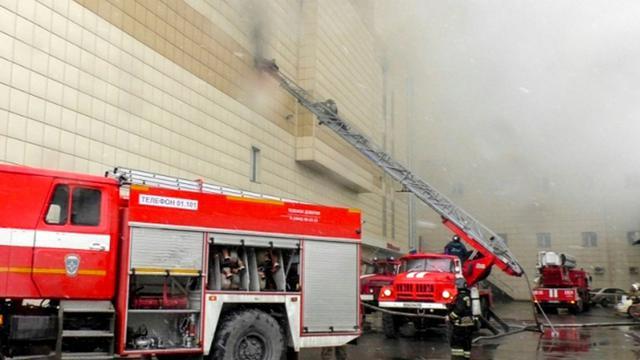 Photo obtenue auprès du Ministère de situations d'urgence russe le 25 mars 2018 montrant des camions de pompiers luttant contre un incendie dans un centre de commercial de Kemerovo, ville industrielle en Sibérie occidentale [HO / RUSSIAN EMERGENCY SITUATIONS MINISTRY/AFP]