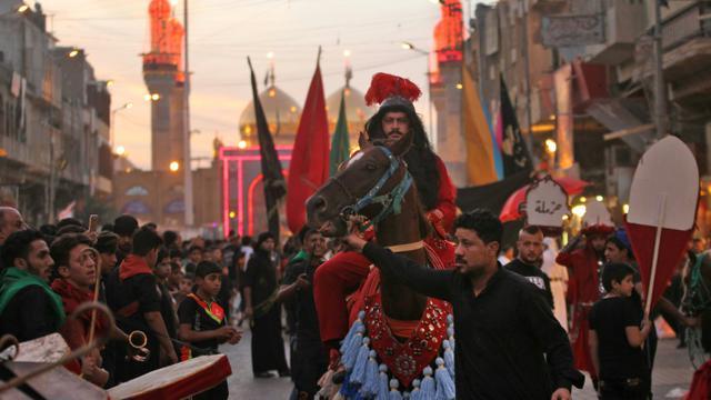 Des fidèles musulmans rejouent la bataille de Karbala lors de la grande fête de l'Achoura, le 11 octobre 2016 dans un quartier chiite de Bagdad [AHMAD AL-RUBAYE / AFP/Archives]
