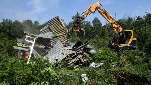 Un bulldozer détruit une maison de fortune le 17 mai 2018 lors de la deuxième opération d'expulsion de la ZAD de Notre-Dame-des-Landes (Loire-Atlantique)  [Fred Tanneau / AFP]