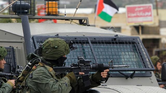 des soldats israéliens lors d'affrontements avec des Palestiniens dans le village de Qabatiyah près de Jénine, dans le nord de la Cisjordanie occupée, le 6 février 2016 [JAAFAR ASHTIYEH / AFP/Archives]