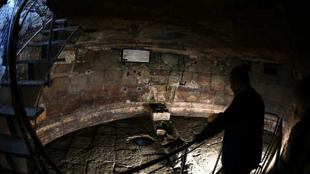 Située sous une église, en plein coeur du Forum romain, la prison a été tour à tour lieu de détention des ennemis de l'Etat romain et lieu de culte des premiers chrétiens [GABRIEL BOUYS / AFP]