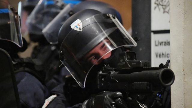 """Un policier tient un lanceur de balles de défense (LBD) lors d'une manifestation des """"gilets jaunes"""" le 12 janvier à Bordeaux [MEHDI FEDOUACH / AFP/Archives]"""