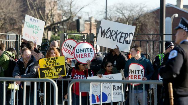 Des manifestants lors d'un meeting de Donald Trump à Chicago, le 11 mars 2016 [Tasos Katopodis / AFP]