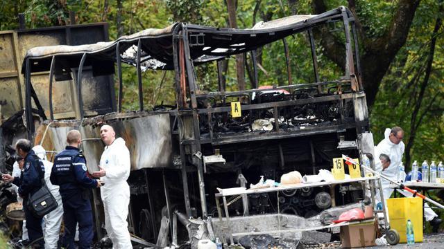 Une équipe d'identification s'affaire autour du camion le 24 octobre 2015 sur le site de la collision à Puisseguin [MEHDI FEDOUACH / AFP]