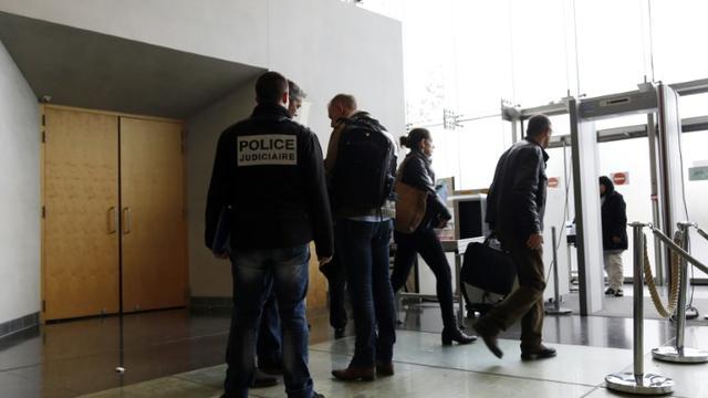 Des enquêteurs de la police criminelle sur les lieux du drame au tribunal de Melun le 29 octobre 2015, où un avocat a tiré sur le bâtonnier puis s'est suicidé [THOMAS SAMSON / AFP]