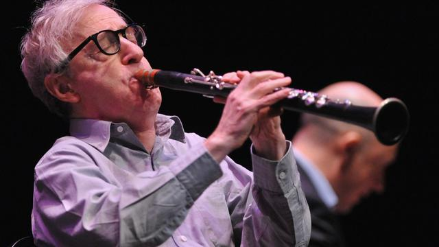 "Woody Allen joue avec son ""New Orleans Jazz Band"" à Westwood, en Californie, le 29 décembre 2011 [Mark Davis / Getty Images/AFP/Archives]"