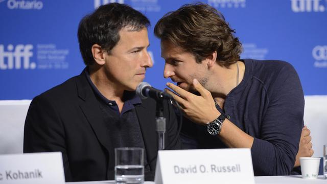 """Le réalisateur David O. Russell (g) et l'acteur Bradley Cooper lors de la présentation de """"Silver linings playbook"""" à Toronto le 9 septembre 2012 [Jason Merritt / Getty Images/AFP/Archives]"""